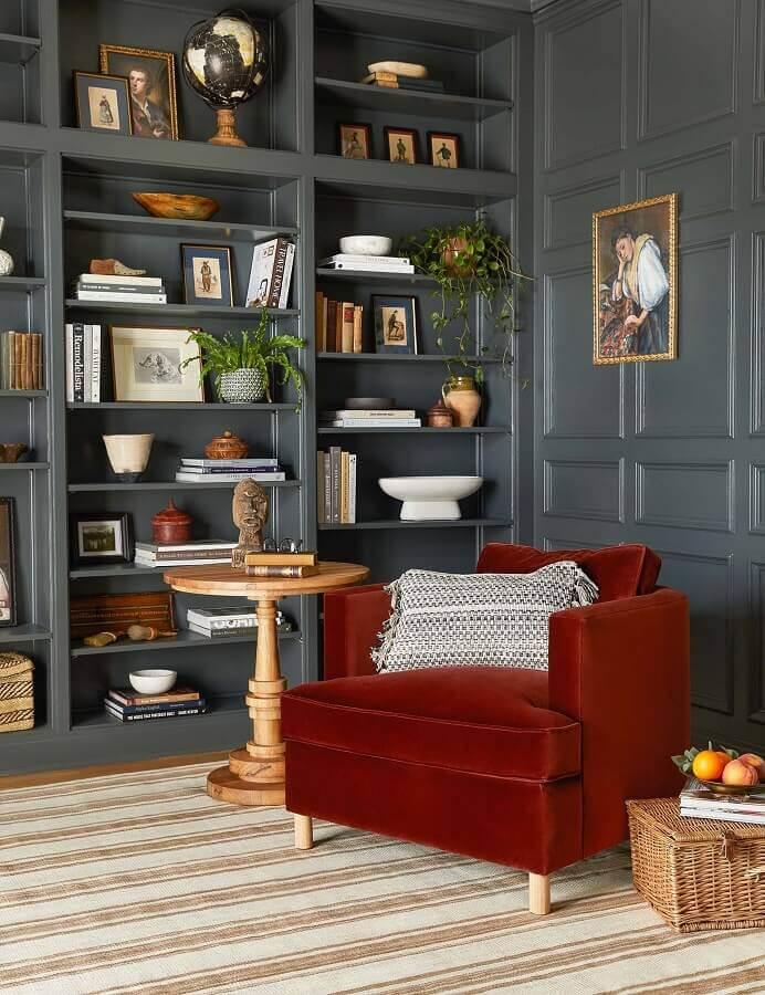 Decoração de sala com estante planejada cinza e poltrona confortável para leitura Foto Lulu & Georgia