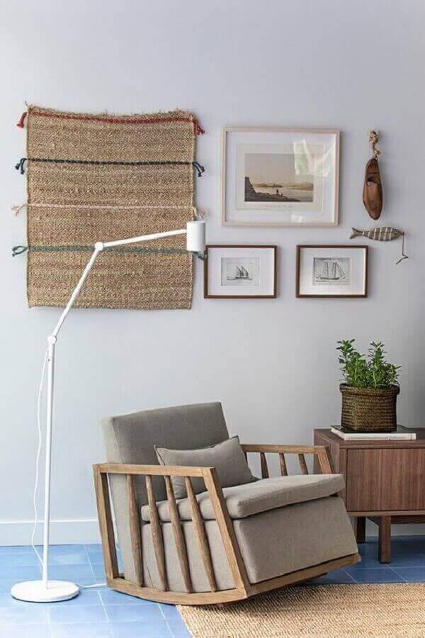 Decoração de sala com luminária de chão e poltrona pequena confortável de balanço Foto Cacau Ribeiro Interiores