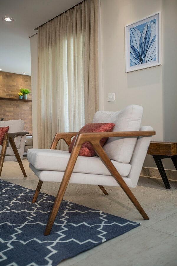 Decoração de sala de estar bege com poltrona confortável de madeira  Foto Luciana Mota