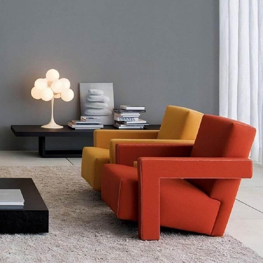 Decoração de sala de estar cinza com poltronas confortáveis e modernas Foto Montacasa