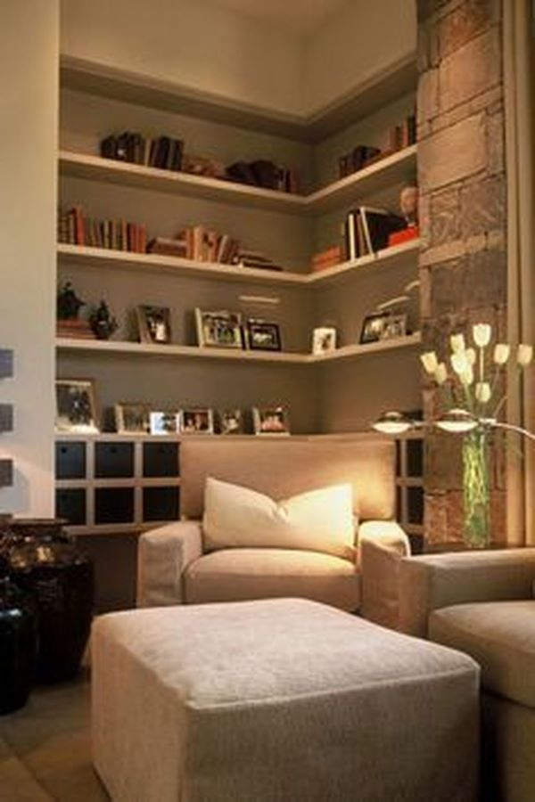 Decoração de sala de estar com estante de canto decorada com porta retratos e livros
