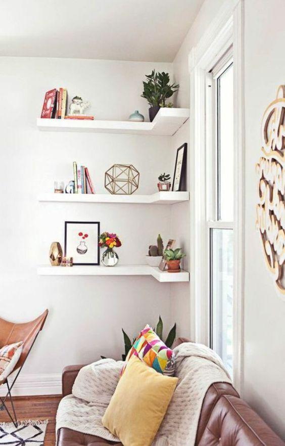 Decoração de sala de estar com estante de canto simples