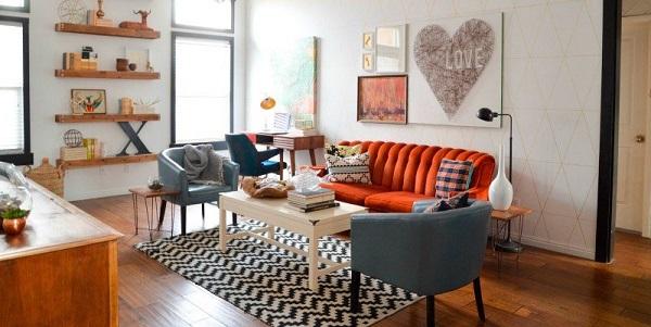 Decoração de sala de estar com móveis vintage e coloridos