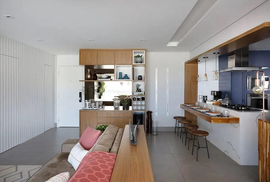 Decoração de sala integrada com cozinha aberta com ilha de mármore e bancada de madeira Foto Bianchi e Lima Arquitetura
