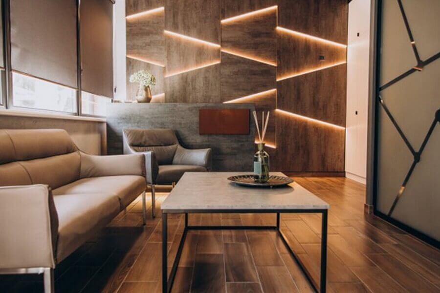 Decoração de sala moderna com luz de LED na parede amadeirada Foto Freepik