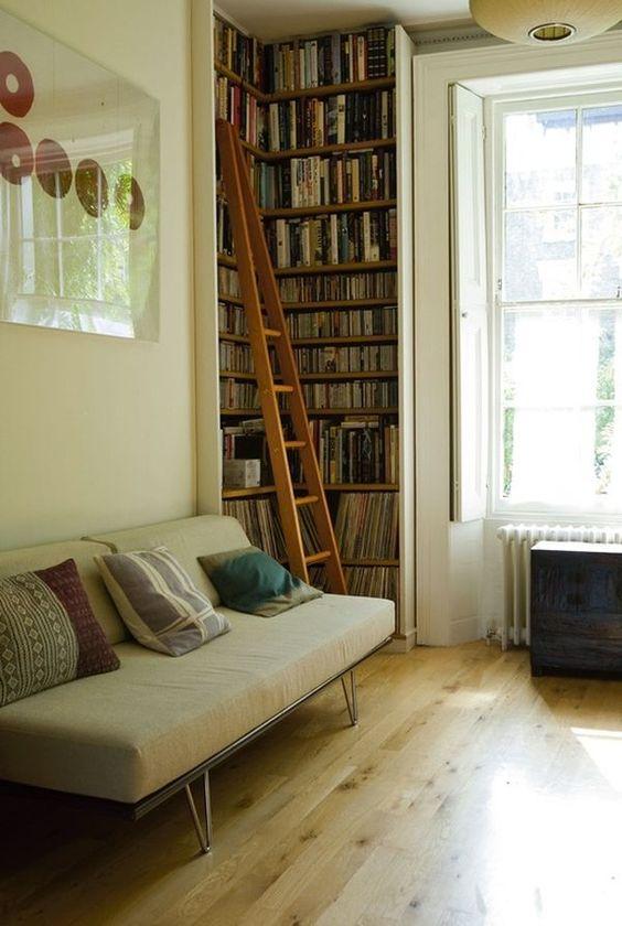 Decoração de sala pequena com estante de canto para livros, cds e discos de vinil