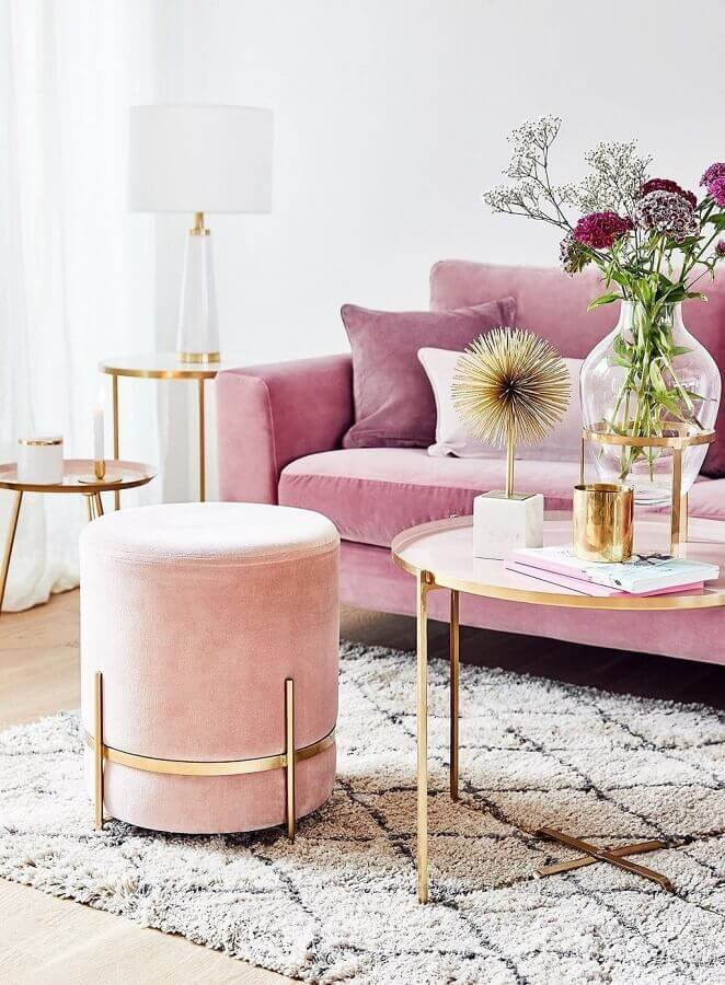 Decoração de sala rosa com puff banqueta redondo moderno Foto Estúdio Carolina Nogueira