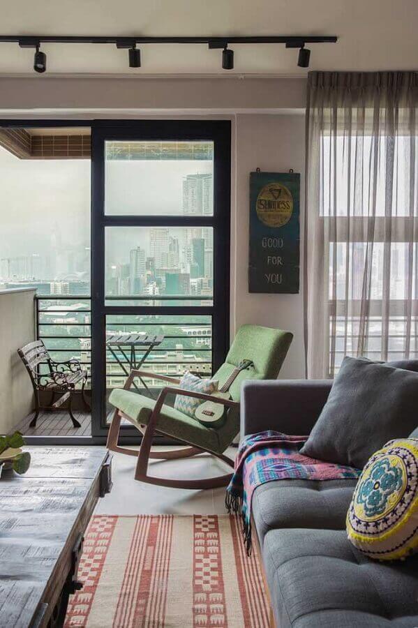 Decoração de sala simples com sofá cinza e poltrona confortável de balanço Foto Houzz