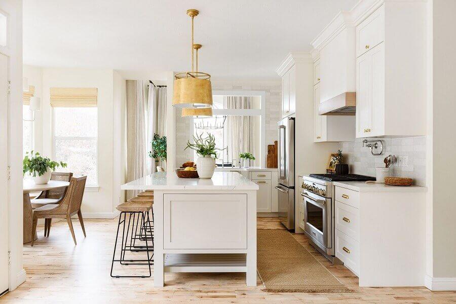 Decoração em cores claras com armários clássicos para cozinha aberta com ilha Foto Studio McGee