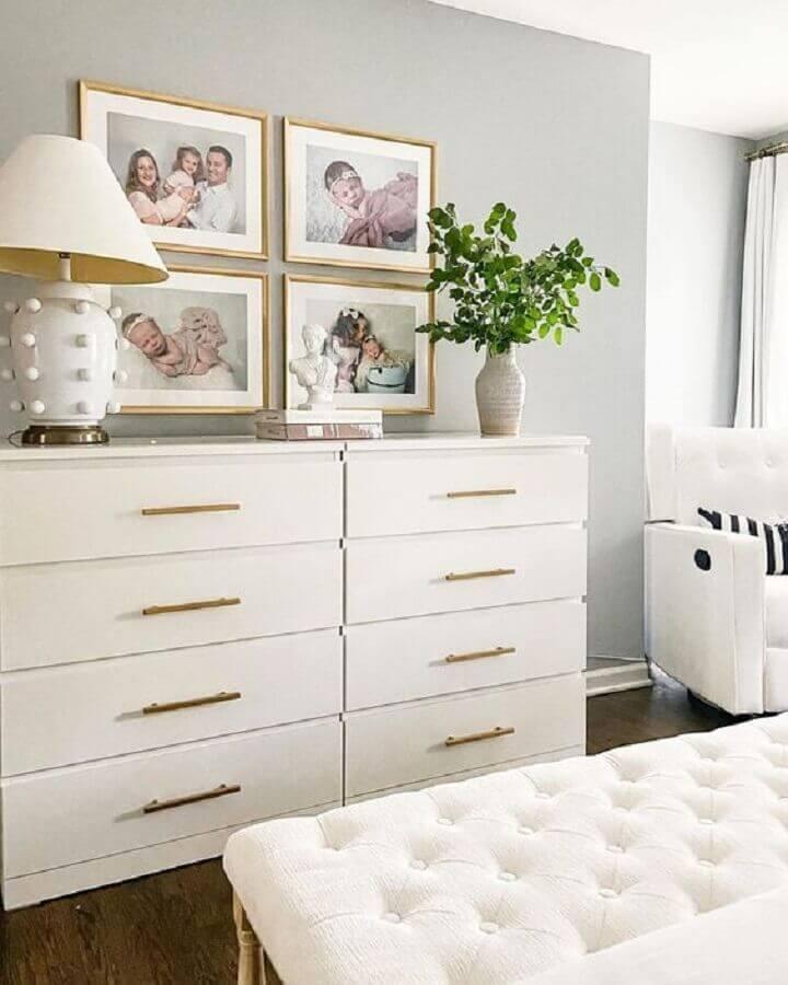 Decoração em cores claras para quarto de casal com cômoda alta branca Foto Apartment Therapy