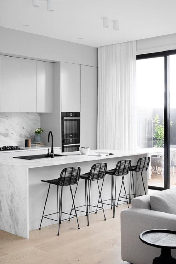 Decoração minimalista com banquetas para ilha de cozinha branca Foto DIYblinds