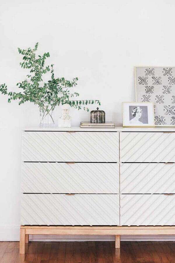 Decoração minimalista com cômoda branca com pés de madeira Foto Pinterest