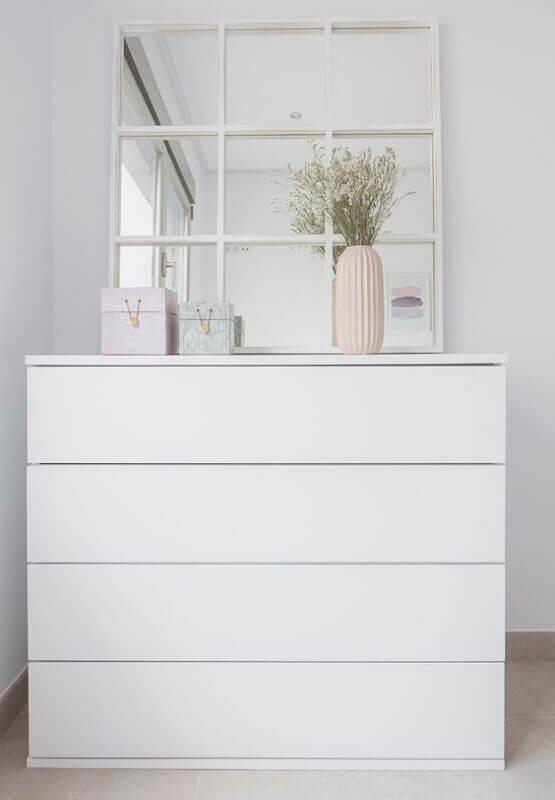 Decoração minimalista com espelho quadrado e cômoda branca Foto Pinterest