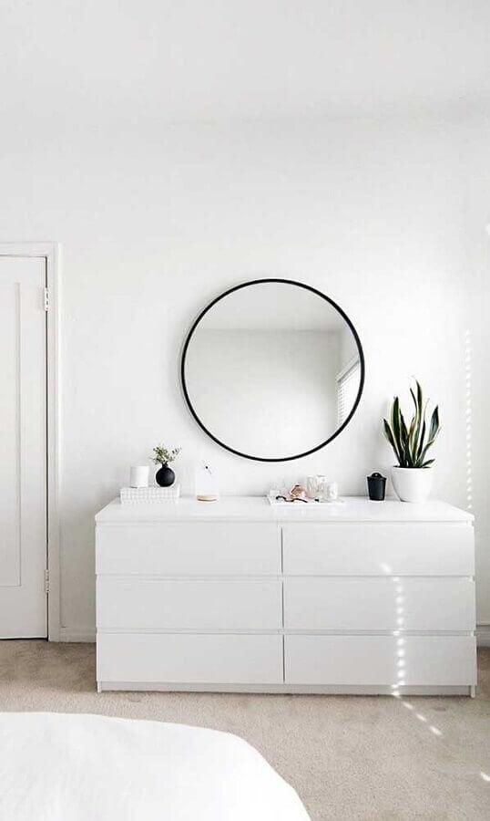 Decoração minimalista para quarto com espelho redondo e cômoda branca Foto Apartment Therapy