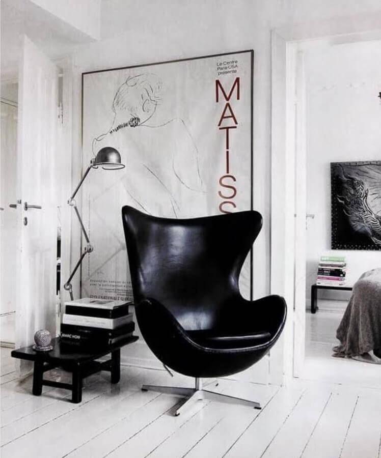 Decoração minimalista para sala branca com poltrona confortável preta  Foto Casa de Valentina