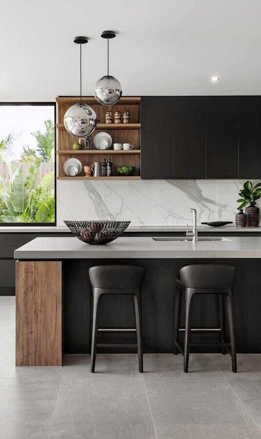 Decoração moderna com banquetas estofadas para ilha de cozinha preta e cinza Foto Jeito de Casa