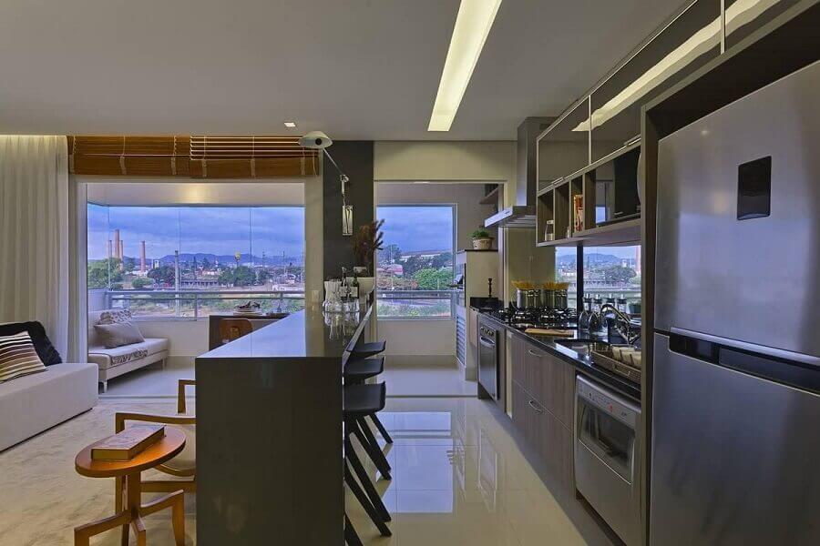 Decoração moderna em tons de cinza para cozinha aberta com sala de apartamento integrada Foto Renata Basques