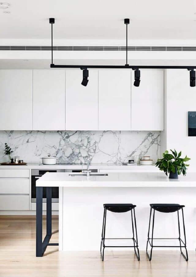 Decoração moderna para cozinha branca com banquetas para ilha gourmet Foto Homes to Love