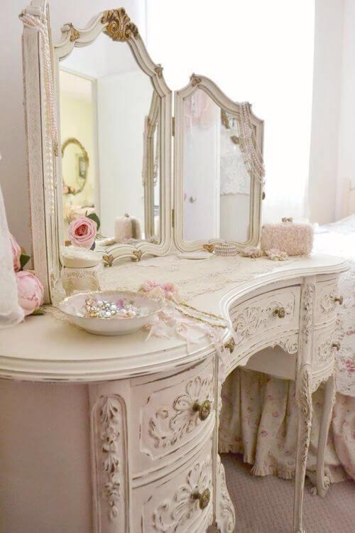 Decoração para quarto com móveis vintage e delicados