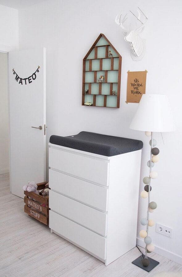 Decoração para quarto de bebê com cômoda alta branca com trocador Foto Pinterest