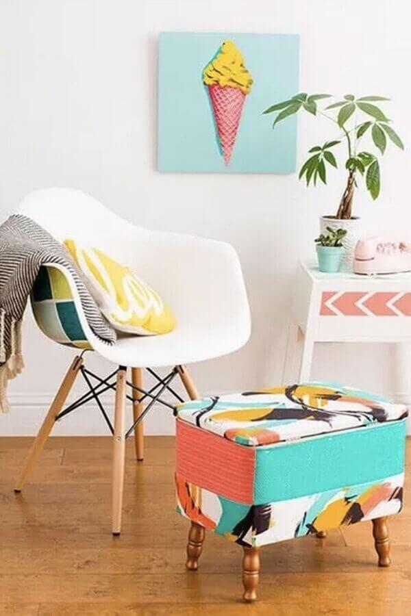 Decoração simples com cadeira eames e puff banqueta quadrado colorido Foto Jeito de Casa