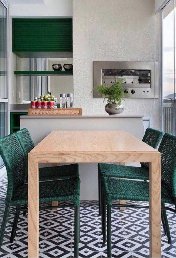 Decoração simples com cadeira verde para apartamento com varanda gourmet e churrasqueira Foto Dicas de Mulher