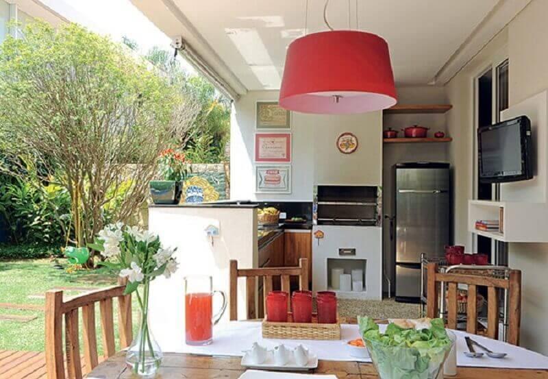 Decoração simples com luminária vermelha para cozinha aberta no quintal Foto Jusciane Pacifico