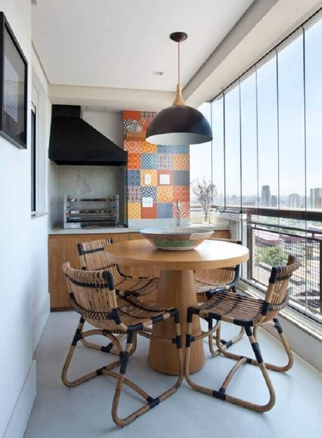 Decoração simples com mesa redonda e lustre para área gourmet pequena Foto Jeito de Casa