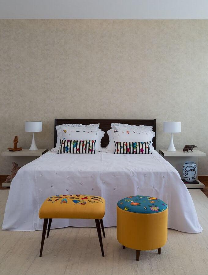 Decoração simples com puff banqueta para quarto de casal Foto Jeito de Casa
