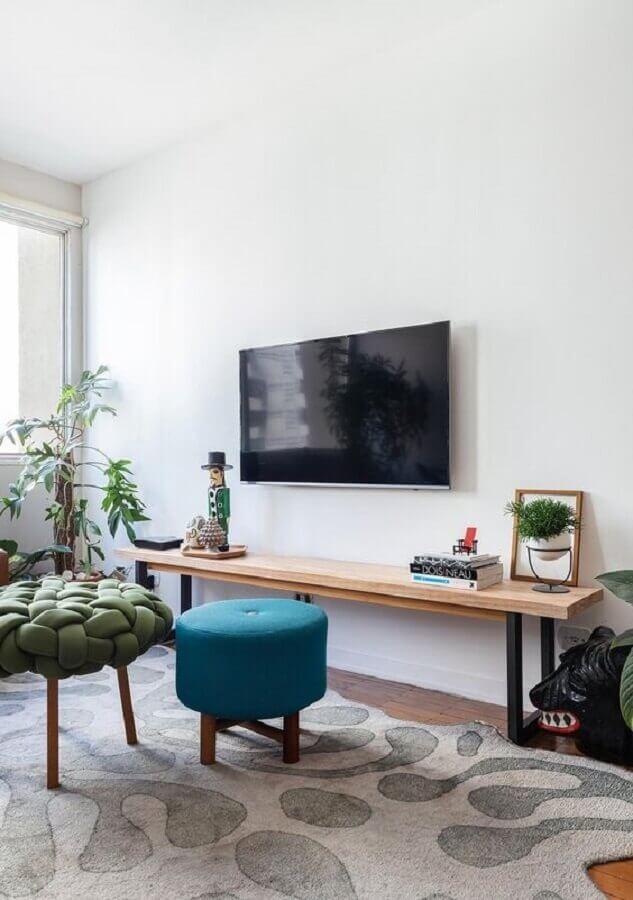 Decoração simples com puff banqueta para sala de TV Foto Histórias de Casa