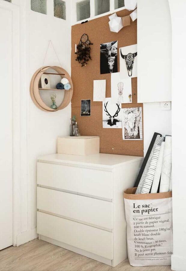 Decoração simples para quarto com nicho redondo e cômoda branca baixa Foto Houzz