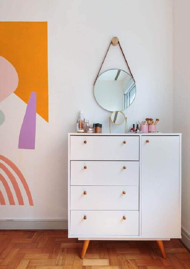 Decoração simples para quarto feminino com espelho redondo e cômoda branca com sapateira Foto Histórias de Casa
