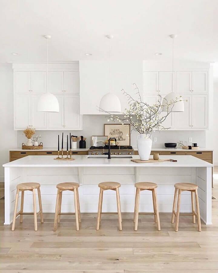 Decoração sofisticada para cozinha branca com banqueta para ilha Foto House & Home