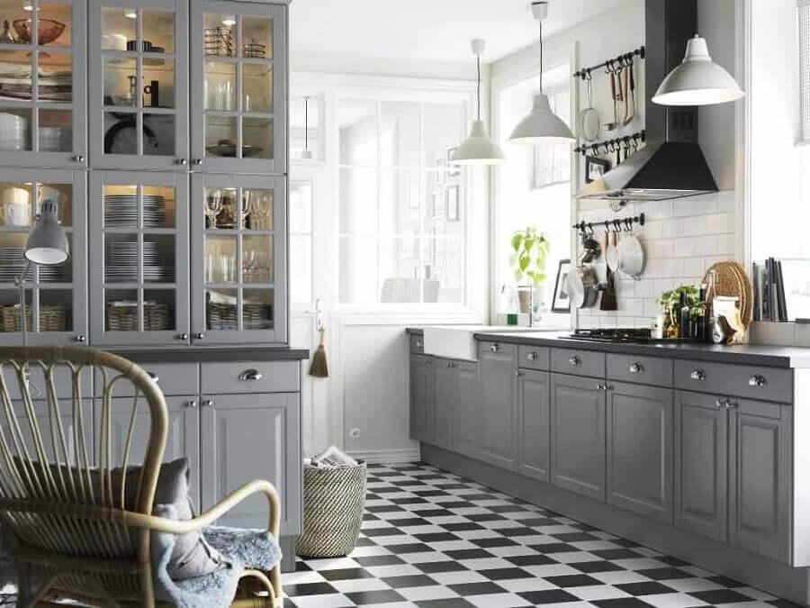 Decoração clássica para cozinha cinza com piso xadrez preto e branco Foto Total Construção