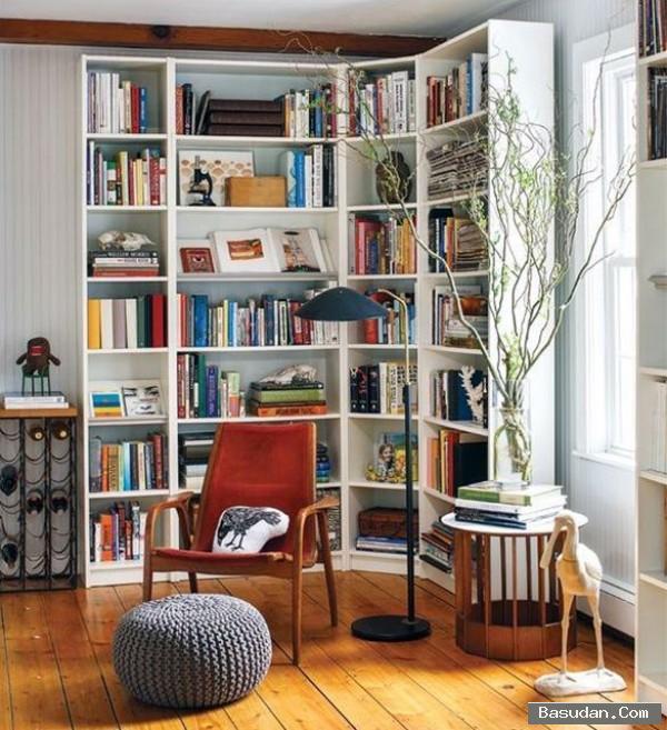 Decoração com estante de canto e cadeira vermelha