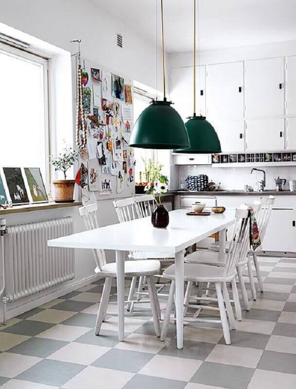 Decoração com luminária verde e piso xadrez cozinha branca Foto Elle Decoration