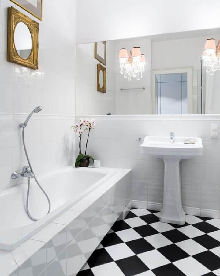 Decoração de banheiro branco com piso xadrez preto e branco Foto The Spruce