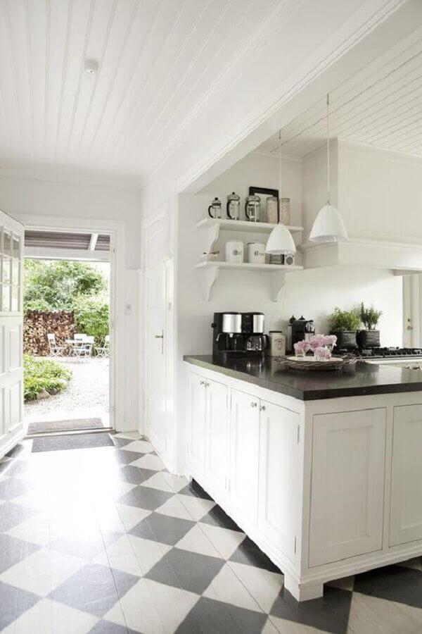 Decoração de cozinha branca planejada com piso xadrez preto e branco Foto BO BEDRE