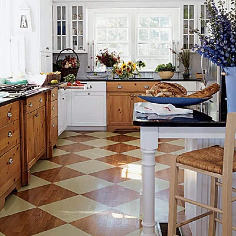 Decoração de cozinha com armários de madeira e piso xadrez marrom e bege Foto Lepsie Byvanie