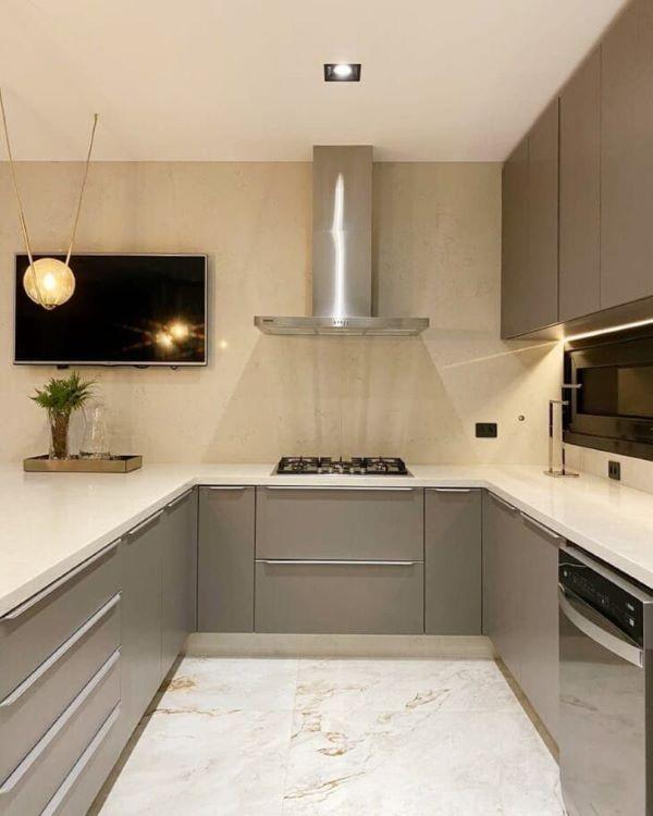 Decoração de cozinha em u com bancada de quartzo branca e armários cinza
