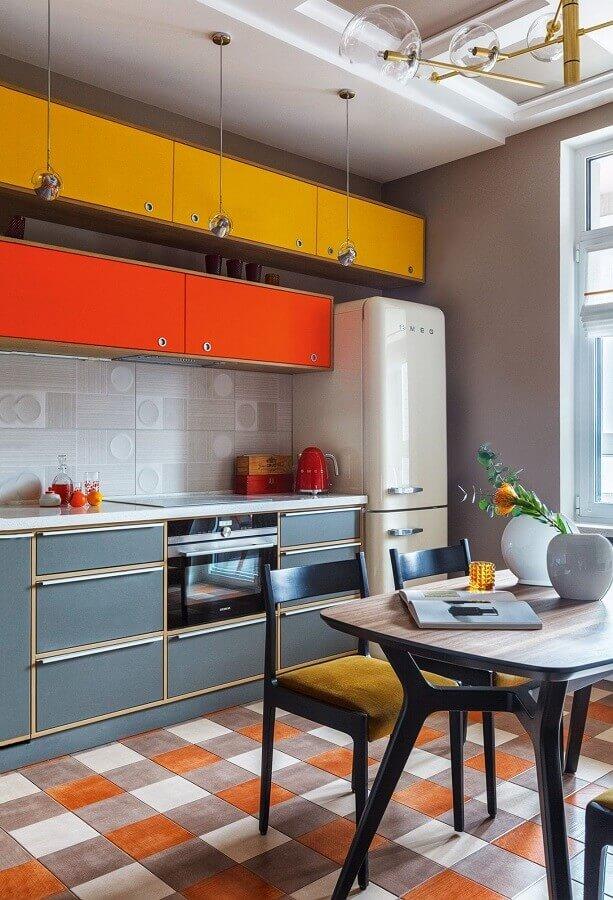 Decoração de cozinha planejada com piso xadrez colorido Foto AD Magazine