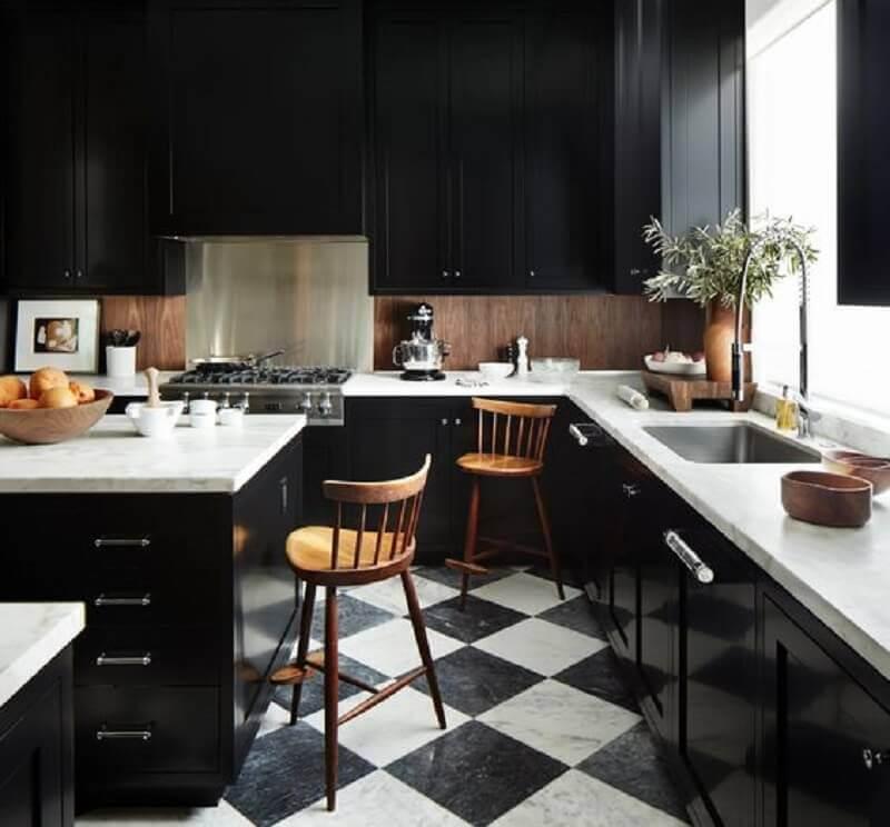 Decoração de cozinha preta com ilha e piso xadrez Foto Architectural Digest