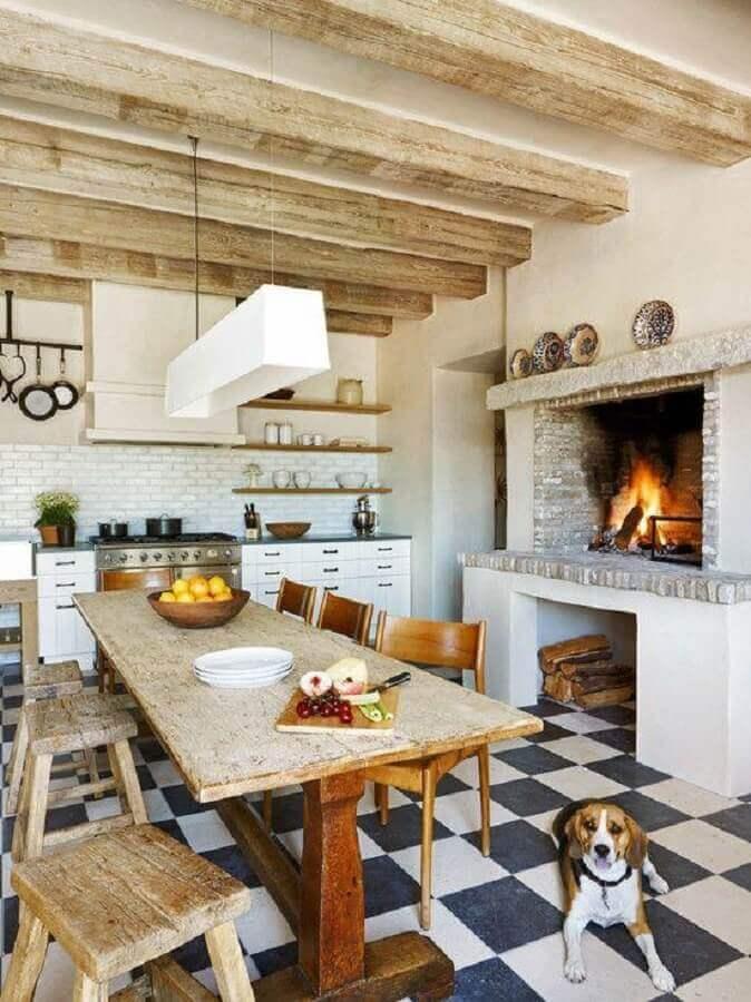 Decoração de cozinha rustica com mesa de madeira e piso xadrez Foto OZ Architects