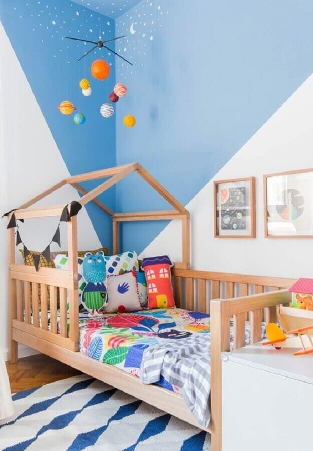 Decoração de quarto infantil masculino pequeno com cama casinha azul e branco Foto MOOUI