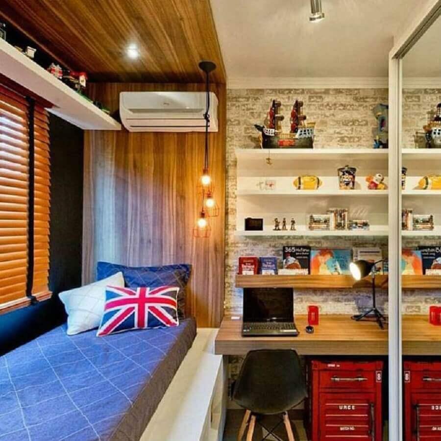 Decoração de quarto masculino moderno pequeno com cabeceira de madeira planejada Foto L A Arquitetura