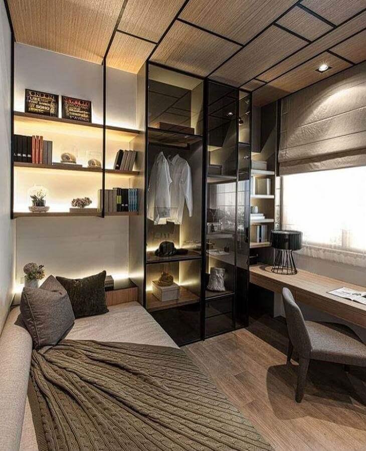 Decoração de quarto masculino moderno pequeno com guarda roupa com portas de vidro Foto Amanda Sarmento