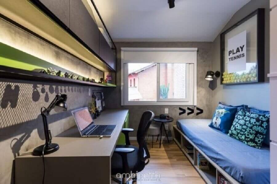 18. Decoração de quarto masculino moderno pequeno com parede de cimento queimado e armário aéreo Foto Ambientta Arquitetura