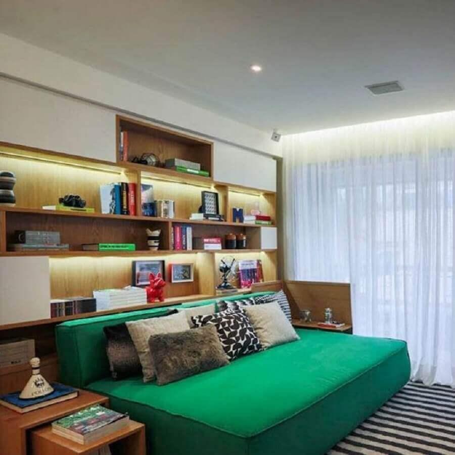 Decoração de quarto masculino pequeno com estante de nichos planejada Foto Fernanda Marques