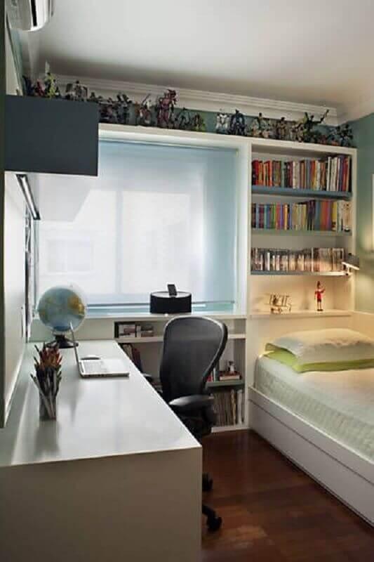 Decoração de quarto masculino pequeno com nichos para livros Foto Krakowiak e Tavares