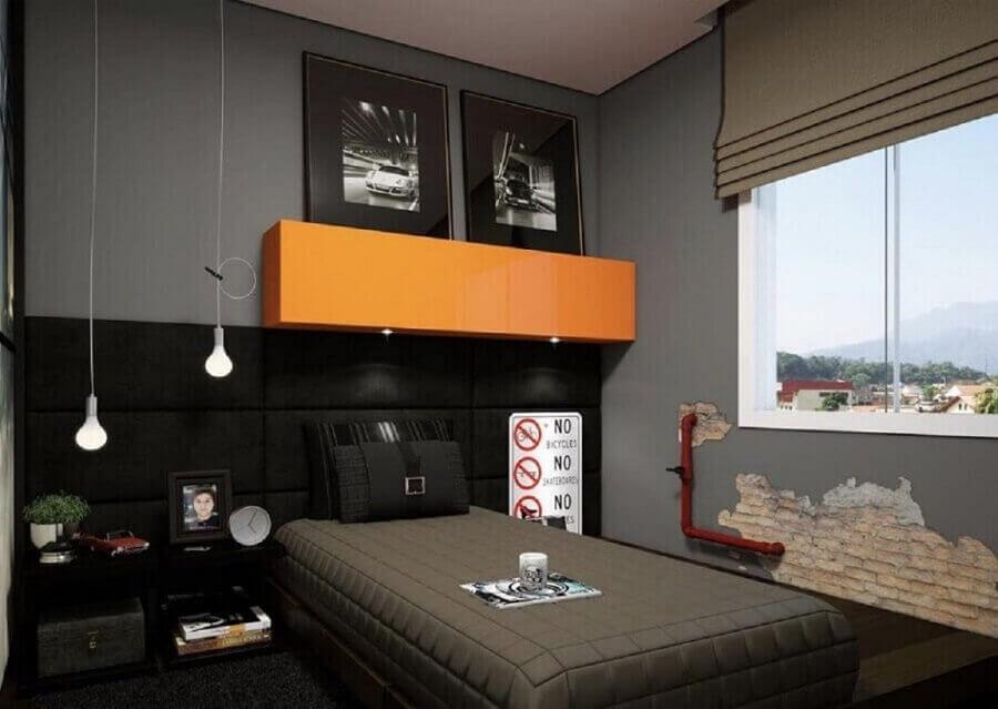 Decoração de quarto masculino pequeno em tons de cinza com armário aéreo laranja